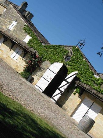 Lalande de Pomerol, Frankreich: Château Perron façade des chais