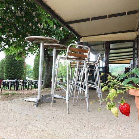 Le Bar-sur-Loup, Frankrike: les manges debout pour boire un verre