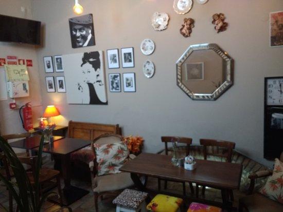 Cafe Q.: Wat een juweeltje in deze mooie stad Loulé. Zomaar in een achteraf straat een kleine tuin omgeto
