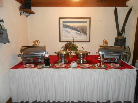 Innsbruck Inn At Stowe: The hot foods on the breakfast buffet.
