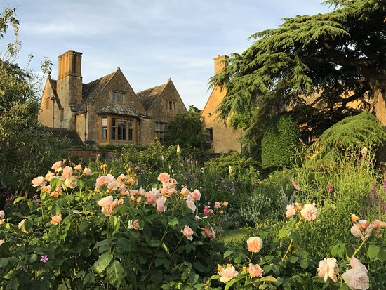 Boroughbridge, UK: Hidcote Manor Gardens on a private evening visit after the crowds have gone home