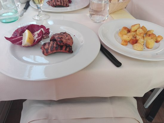 Il Ciclone: Perfectly grilled sausages with roast potatoes as second course