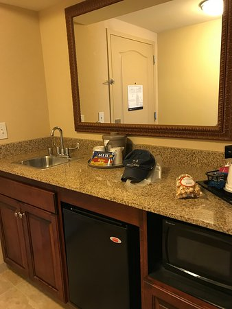 Hampton Inn & Suites Fredericksburg: Sink, Microwave, Fridge, Popcorn