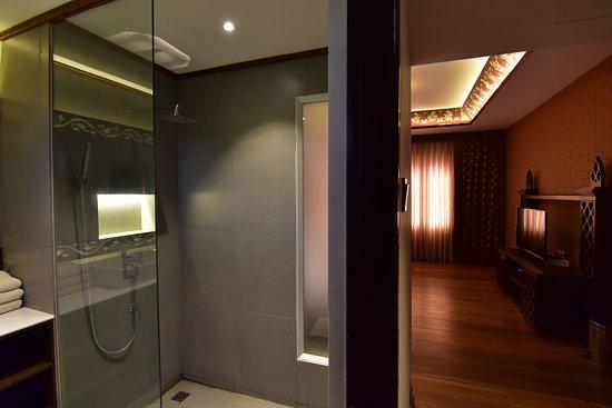 Yun Myo Thu Hotel: Grand Deluxe Bathroom