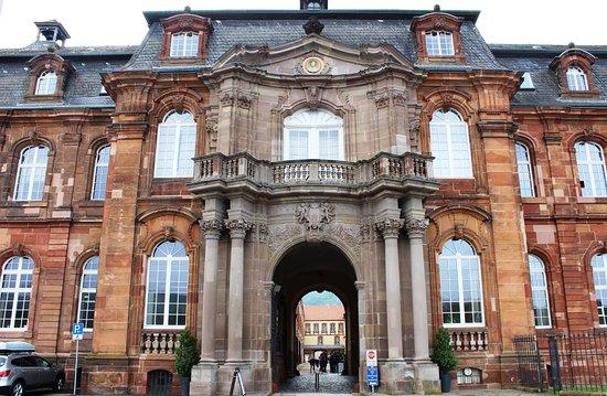 Erlebniszentrum Villeroy&Boch: der oppulente Eingang der `Alten Abtei`