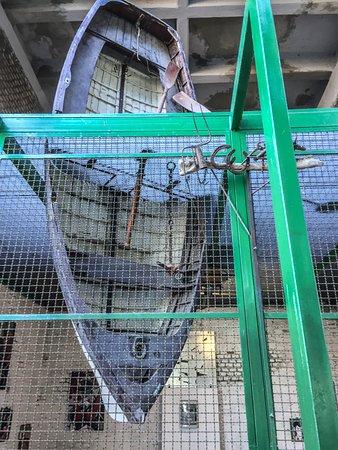 Zooart: barca in gabbia