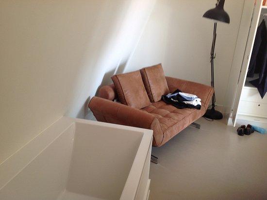 Bij Jef: Sofa next to the bath