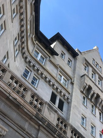 Fairmont Hotel Macdonald : On the patio looking up