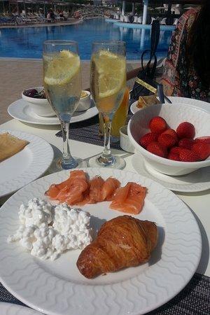 Elysium Resort & Spa: Завтрак у бассейна