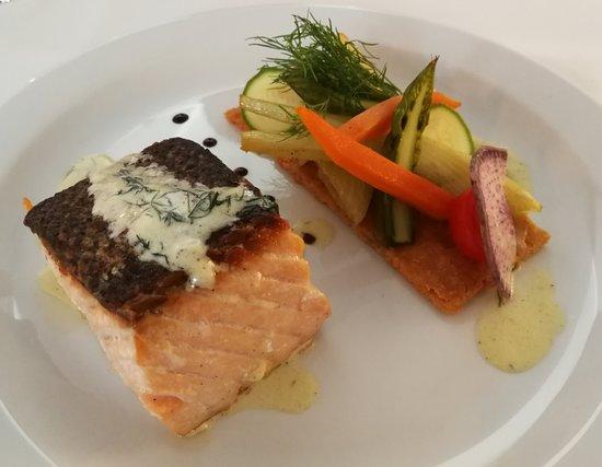 Annot, France: la cuisson du saumon, juste magnifique!