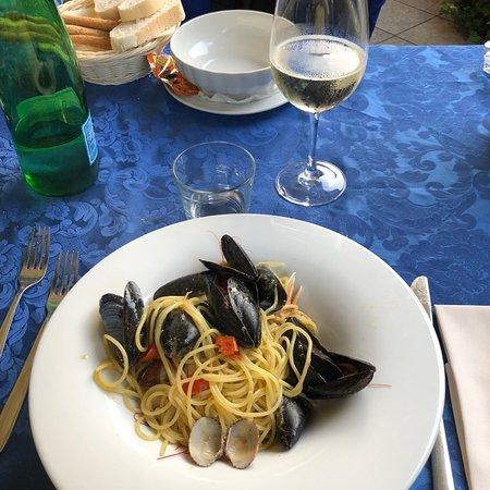 Ristorante Francesco : Tonno tataki accompagnato da verdure saltate in salsa di soia (antipasto), buonissimo!! Come pri