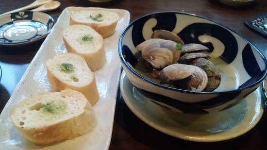 Gazen Bar & Grill: Clams and bread appetizer