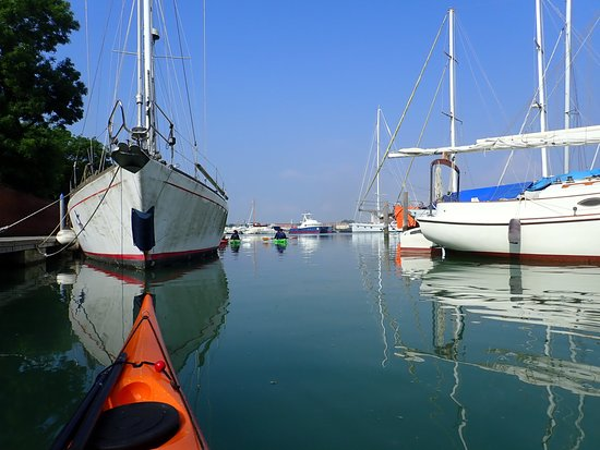 Venice Kayak : paddling out of the marina