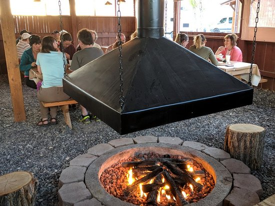 Torrey Grill and BBQ: Tables around the firepit