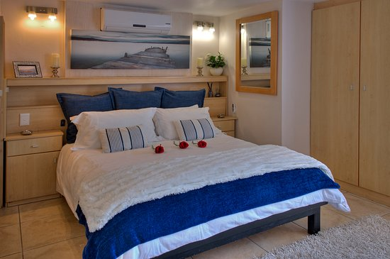 Gordon's Bay, South Africa: Seaside Studio with queen bed and sleeper couches for children