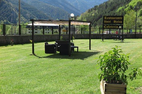 Hotel Bielsa : Pérgola y jardín