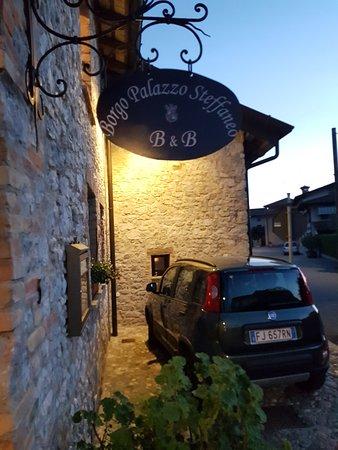 San Vito al Torre, Italia: L'insegna del B&B all'esterno del borgo