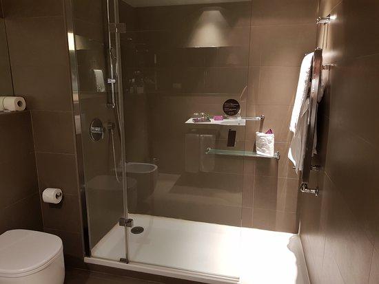 Ayre Gran Hotel Colon: Baño con ducha.