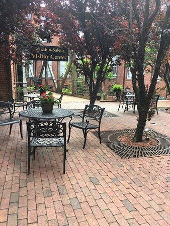 Brookstown Inn: Courtyard