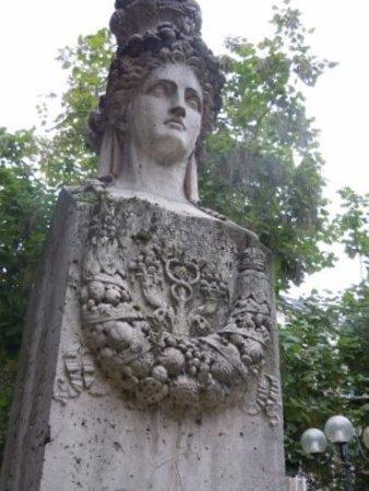 Fontaine du Marche aux Carmes: La fontaine dans le square