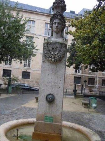 Fontaine du Marche aux Carmes: Détail de la sculpture