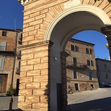 Loro Piceno, Italy: Arco di Porta Pia