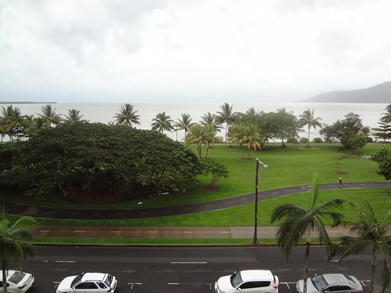 Holiday Inn Cairns Harbourside: Ocean view from hotel room