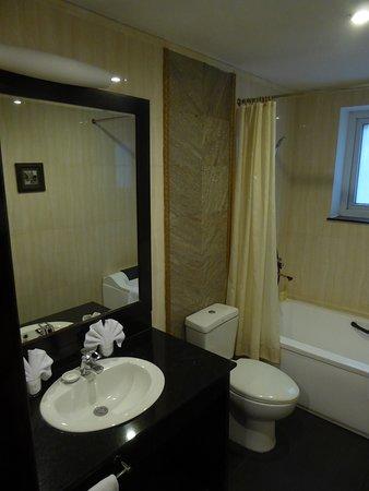 Hanoi Medallion Hotel: Badezimmer mit kleiner Badewanne