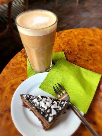 Cafe Frei Wien: Hazelnut latte with coconut milk & Paleo cake