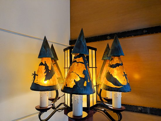 Old Faithful Snow Lodge & Cabins: Whimsical lighting