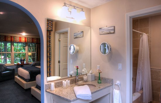 Pleasant Bay Village: Extra Deluxe Room with Two Queen Beds and Deck