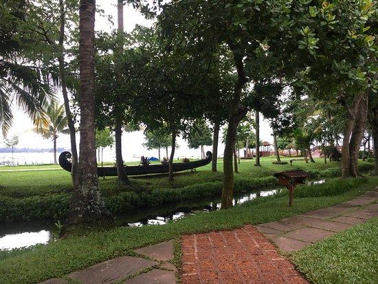 คูมาราคม เลค รีสอร์ท: View overlooking the canal and the lake