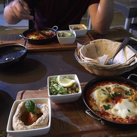 Falafel Bocas: Deliciosa comida. El mejor shakshuka en Latina America, con Rico hummus y laffa. Se vee que el c