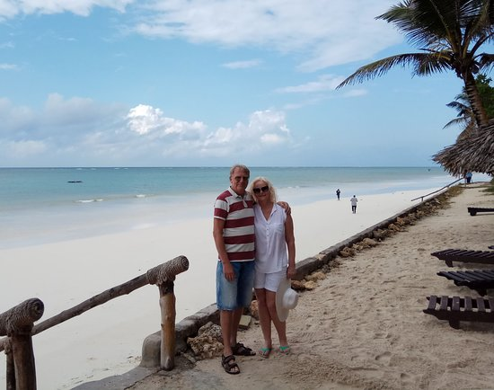 Diani Sea Resort: White sand bellow is waves at high tide, salesmen are not allowed to go up.