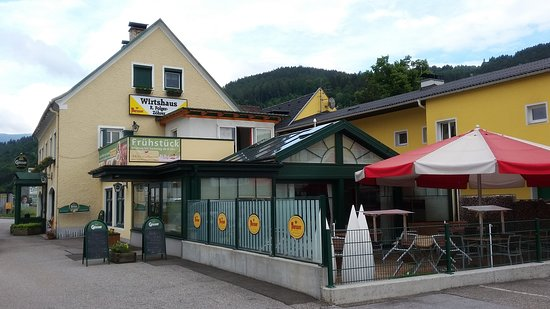 Bruck an der Mur, Austria: Wirtshaus Folger-Zöhrer and its outside seating area