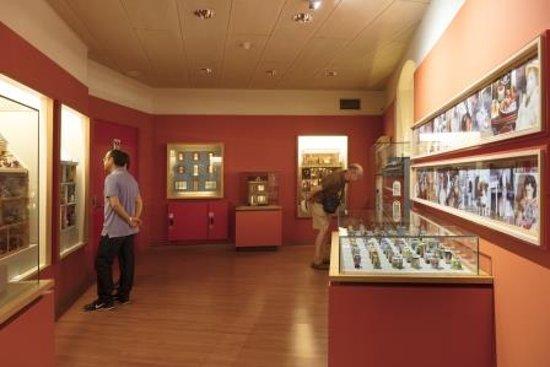 Museu Del Joguet De Catalunya : Ámbito de las Casas de Muñecas. Foto: Jordi Puig