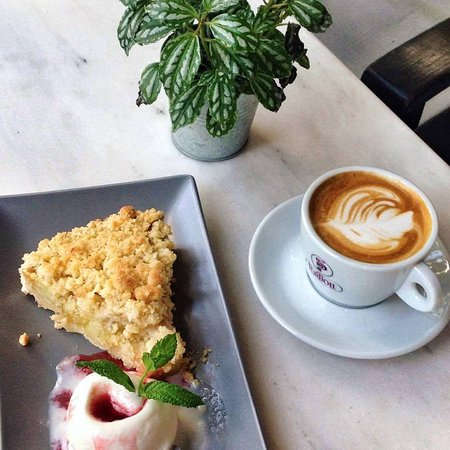 Medez Cafe & Bar: Apple crumble with ice cream and a cappuccino.