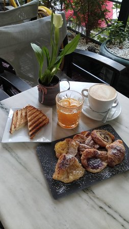 Medez Cafe & Bar: Full Breakfast menu to start your day. Mini sweet pastries, toast, orange juice and coffee.