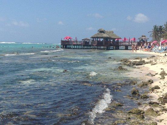 Bodden Town, Grand Cayman: Vue de la plage sur le ponton