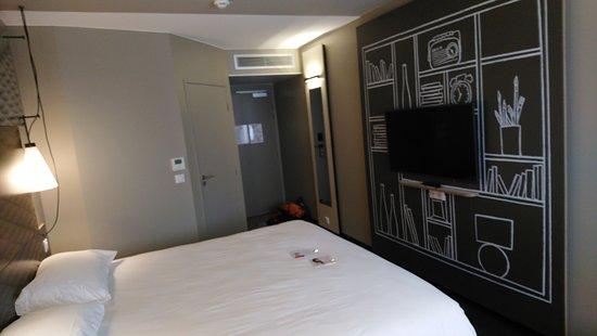 Hotel Ibis Lyon Carre de Soie : grand lit !