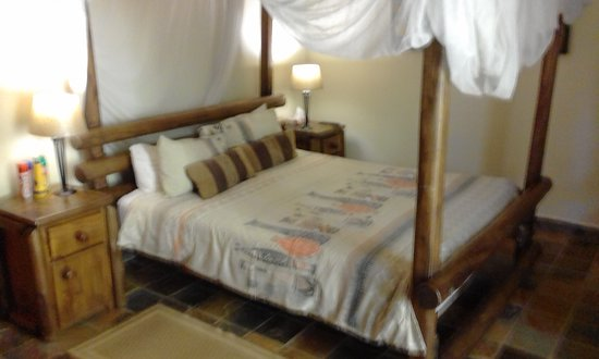 Komatipoort, South Africa: Rooms with mosquito nets and some with  4 poster bed