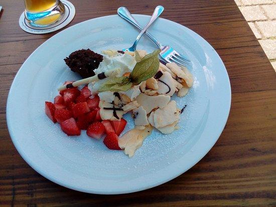 Beilngries, Niemcy: Geeister Kaiserschmarn mit Erdbeeren