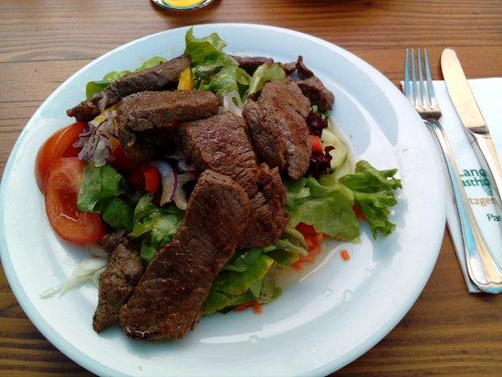 Beilngries, Niemcy: Salat mit Rinderfiletstreifen