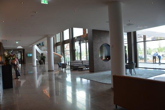 Van der Valk Hotel Tilburg: Entree hal en receptie