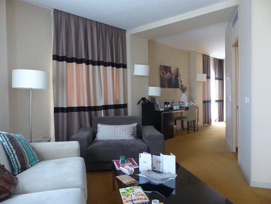 ฮูซาปาเซโอเดลอาร์เตโฮเต็ล: a large room the beds are off to the right in this picture