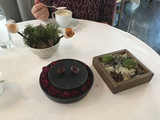 Olo  Ravintola: Black currant dessert
