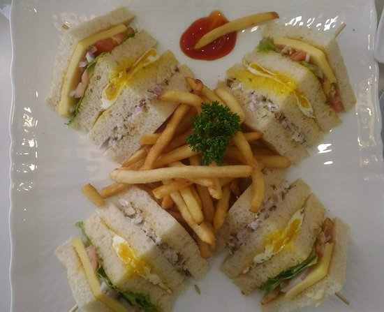 Cafe Aroma Inn: Club Sandwich