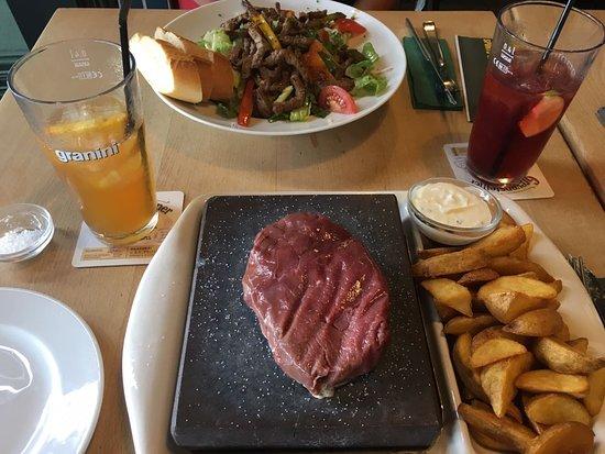 """Three Sixty Sportsbar: Hinten Caesar Salat Beef (super ausreichend Beef, leider viel Dressing) vorne """"Stonegrill"""" MEGA"""