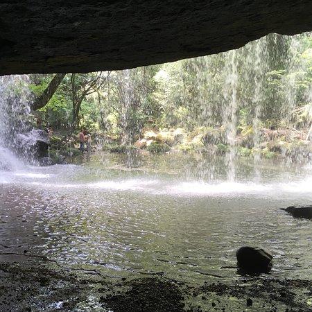 Nabegataki Falls: 滝の流れ                      滝の裏側