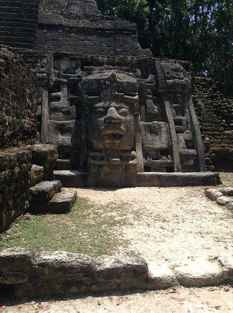Lamanai Belize Tours: Masque en-dessous des temples